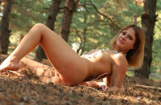 Смотреть голая лесу онлайн
